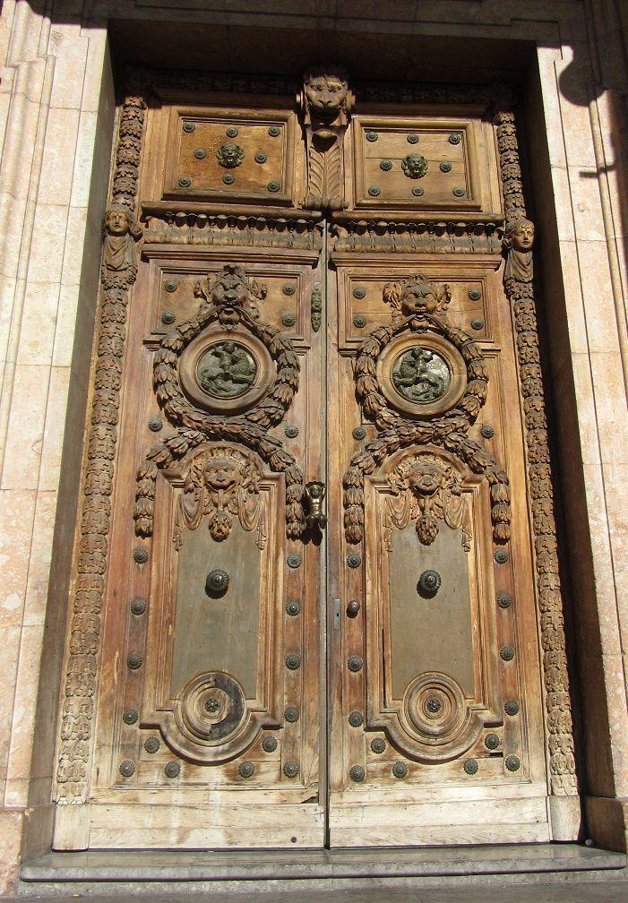 Deux portes aujourd'hui, et pas des moindres, puisqu'il s'agit tout d'abord de celle de l'hôtel de ville de Lyon. Pas en très bon état comme toutes les huisseries de l'immeuble d'ailleurs.