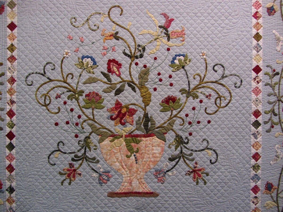 Le bouquet s'épanouit avec élégance. La bordure de petits carrés me plait beaucoup également.