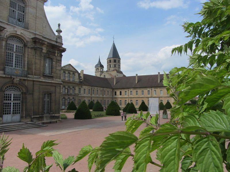 Les bâtiments de l'abbaye abritent depuis la fin du XIXe siècle l'un des centres de l'école d'ingénieurs d'Arts et Métiers.