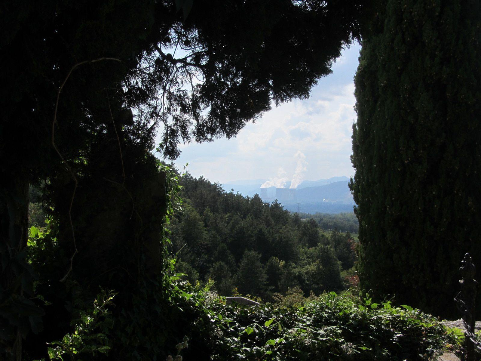 Au loin des cheminées de la centrale de Cruas.