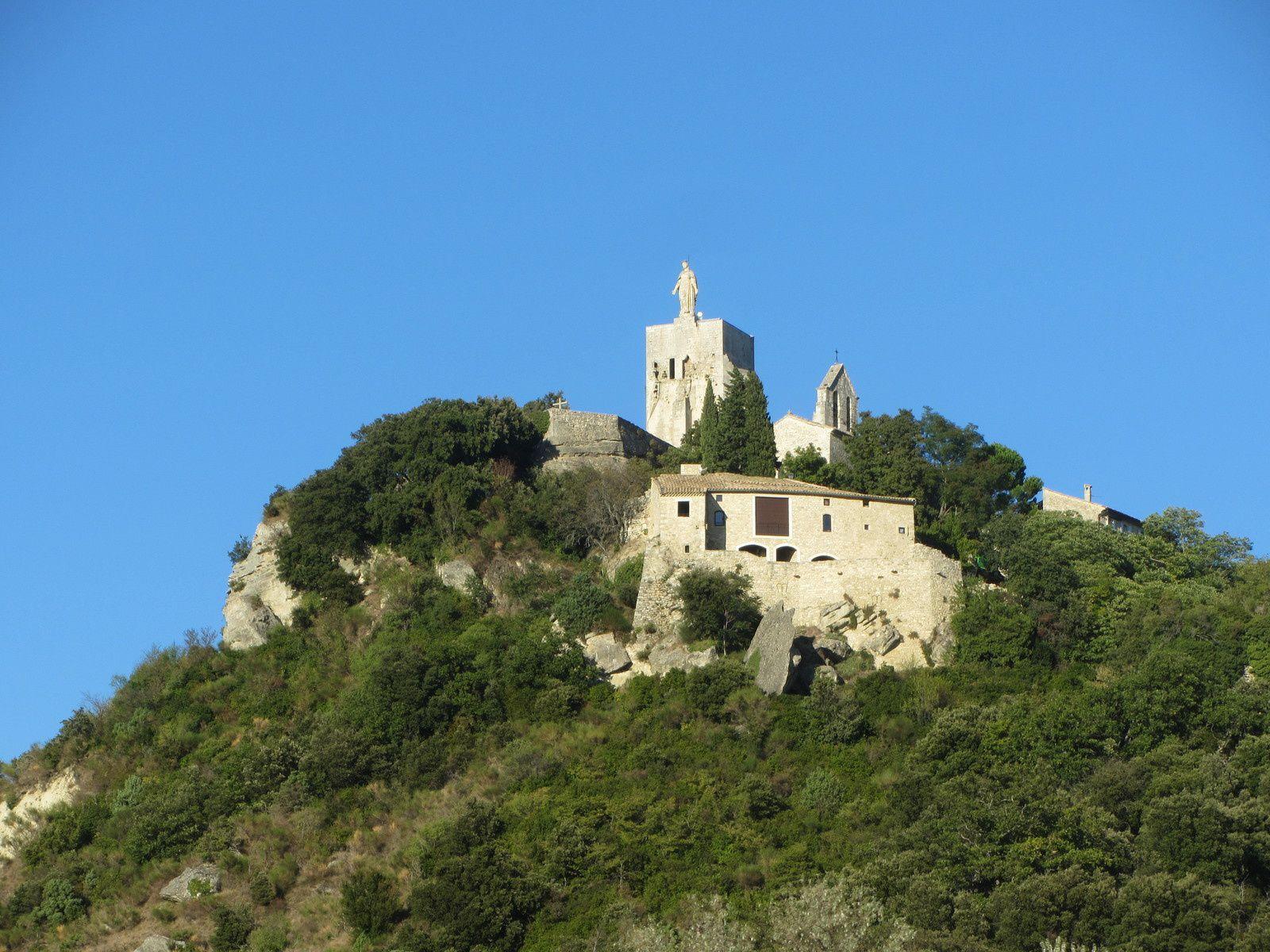 Clansayes est un petit village de la Drôme. On le voit de loin, poser ses maisons dominées, par la tour.