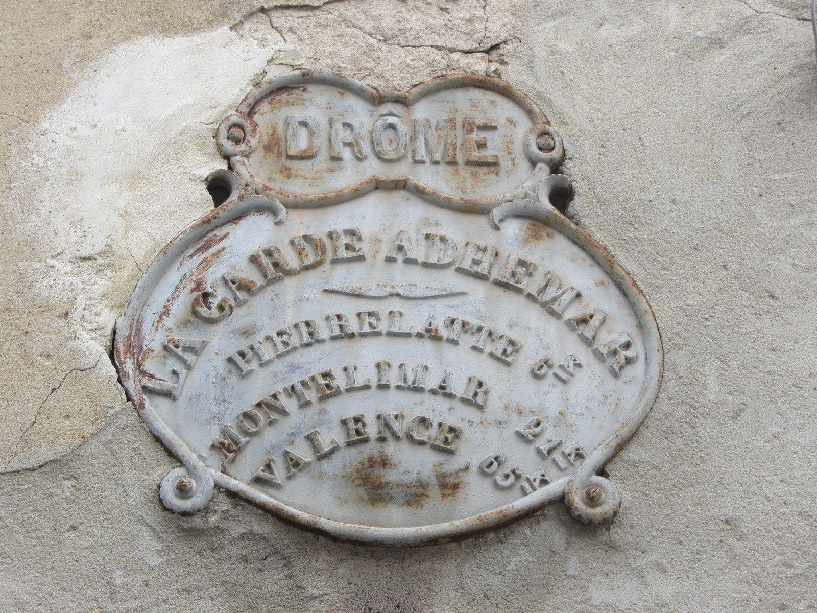 Le village est perché sur un éperon rocheux qui surplombe la vallée du Rhône et il est entièrement piétionnier.