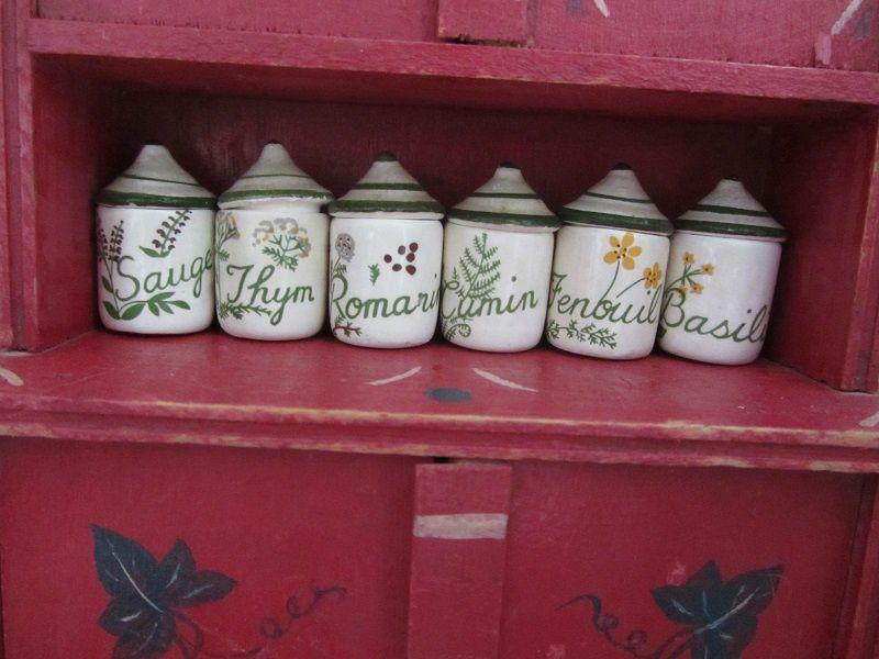 Et gros coup de chance : j'ai trouvé une série de pots à épices qui se logent parfaitement dans l'armoire que j'avais trouvé dans une autre brocante .