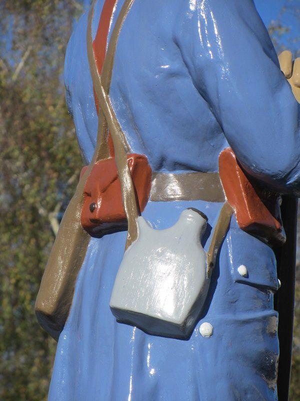 """Avec cette gourde si typique, elle est en fer étamé et recouverte d'une housse kaki ou bleu.Une étiquette en drap est fixée au """"cul"""" de la gourde :elle est destinée à recevoir les tampons de l'intendance."""