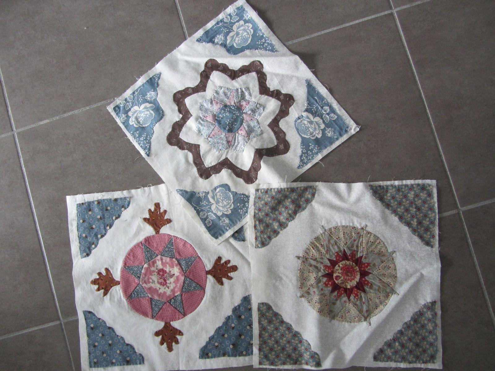 """J'ai appliqué des coins sur 4 blocs de mon """"Antique wedding"""", ils sont destinés aux angles du patchwork."""