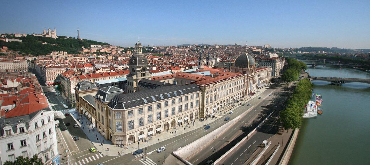 Avec ses 400 métres de façades bordant le Rhöne, l'hôtel Dieu est un bâtiment incontournable de Lyon. C'est également un havre de paix au coeur de la ville, car il dispose de cours et jardins (que l'on aperçoit grâce à cette photo aérienne). Repérez également les différents clochetons.