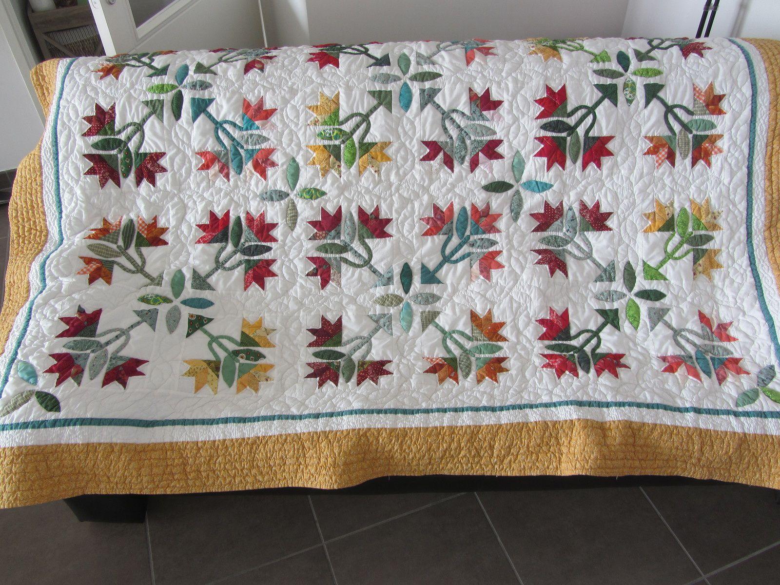 Voici un plaid en patchwork, que je ne vous au jamais montré. Je l'ai réalisé il y a quelques années déjà lorsque j'étais en Pologne.