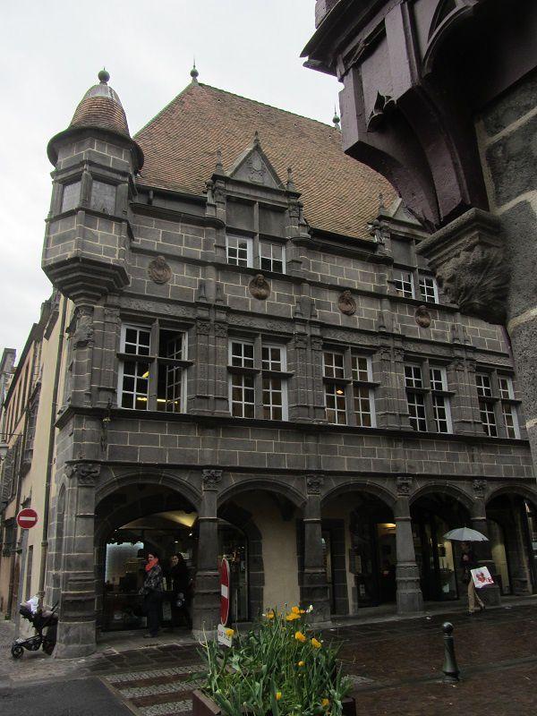La maison des Consuls a été construite au XVIe siècle. Il n'y a jamais eu de consuls habitant ou séjournant dans cette maison.
