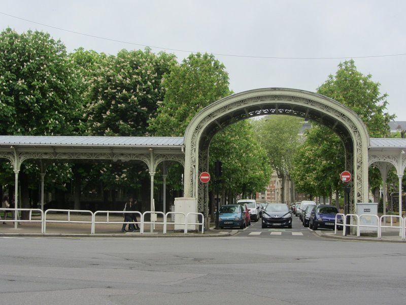 Vichy est située dans le département de l'Allier, et elle évoque immédiatement dans nos esprits : l'eau de source.