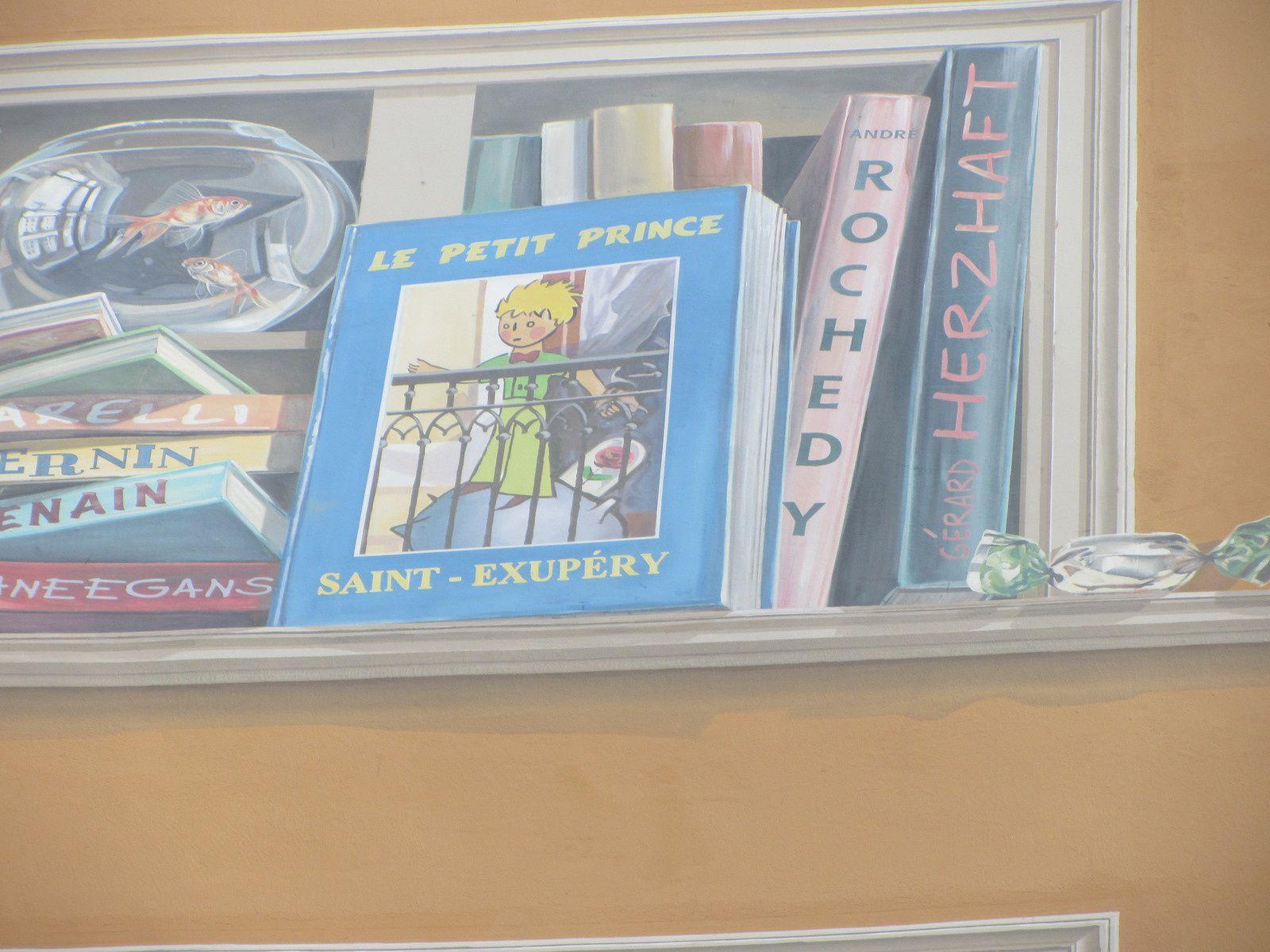 Sans doute l'un des plus connus dans le monde : Saint Exupéry et son petit prince.