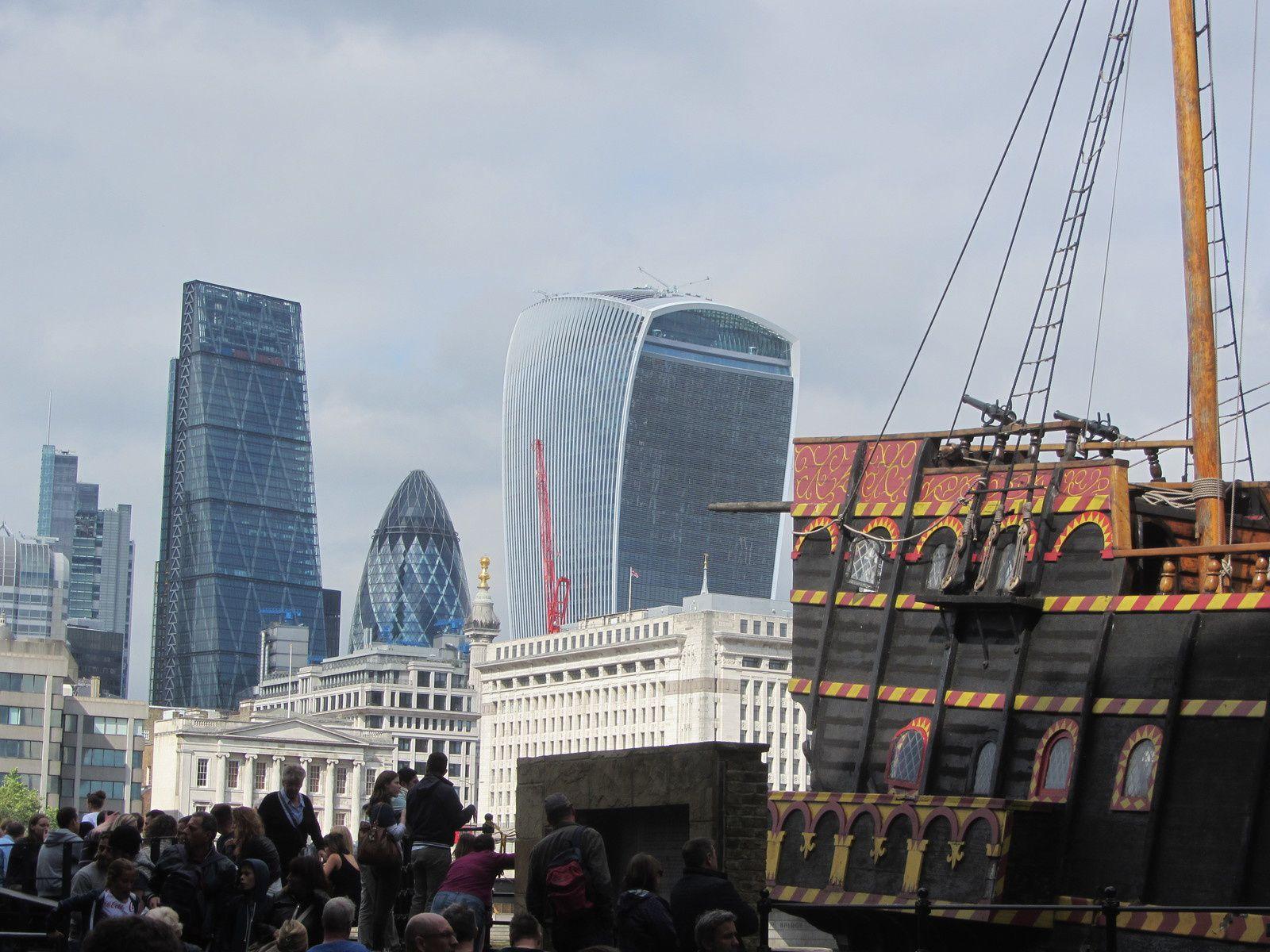 """Le gallion met allégrement le cap sur la """"city"""" (quartier des affaires). Les londoniens font preuve d'humour en donnant de petits surnoms à tous ces colosses : comme le """"cornichon"""" ou la """"rape à fromage"""""""