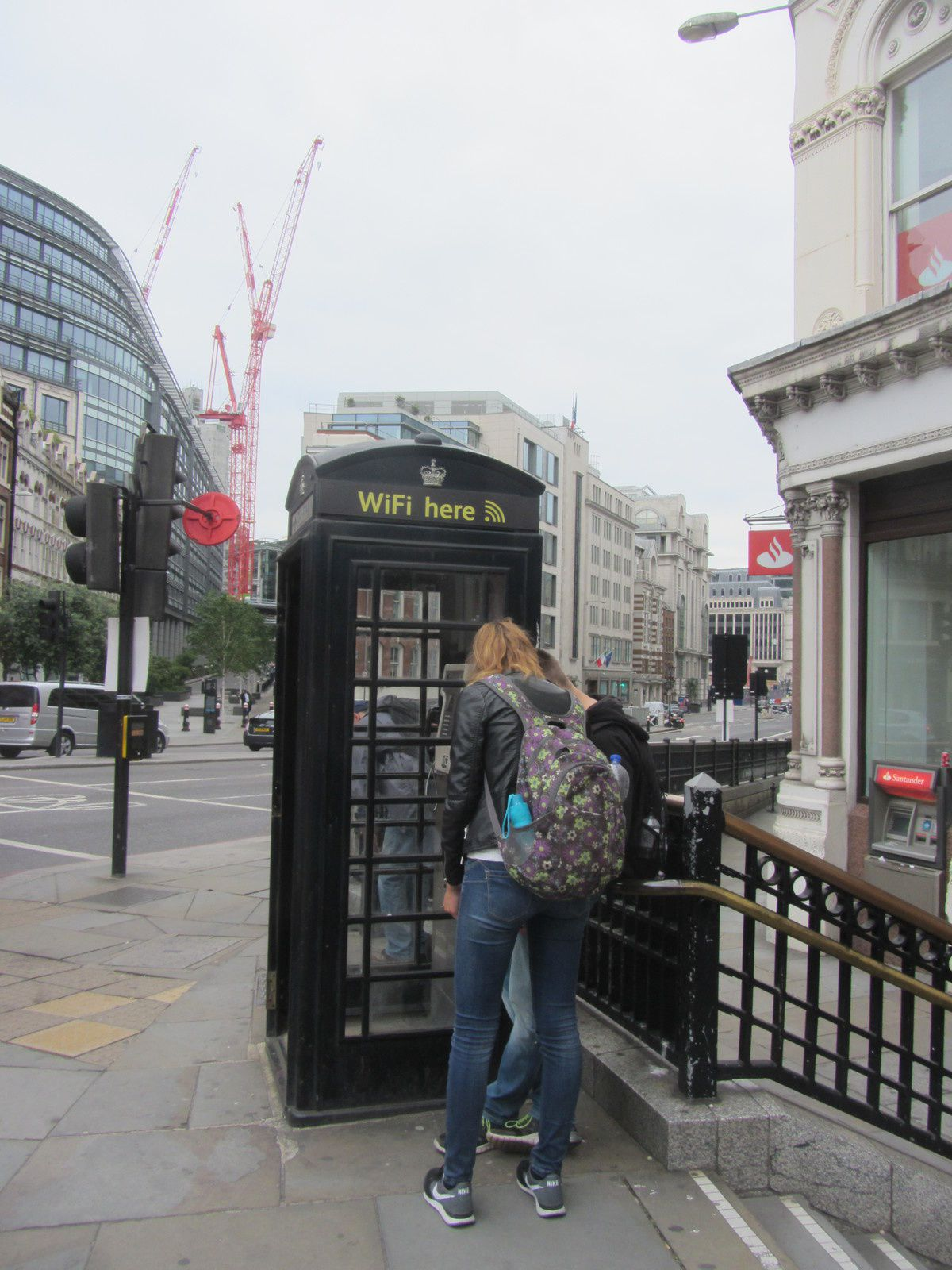 Quand aux traditionnelles cabines téléphoniques, elles passent de plus en plus au noir pour se démarquer.
