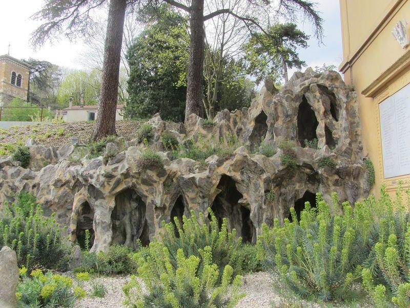 Ses grottes se donnent des airs naturels, mais là n'est pas leur plus grand attrait !