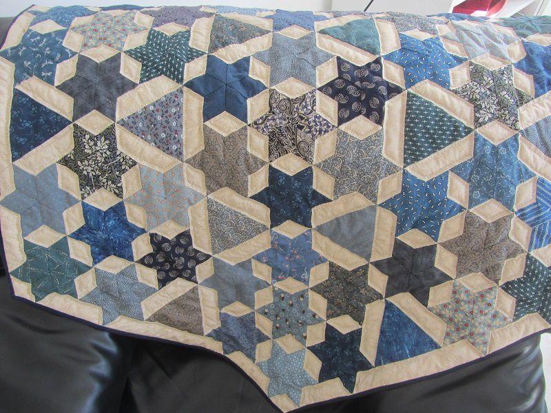J'ai conservé la forme hexagonale du quilt et je l'ai bordé d'un biais bleu marine.