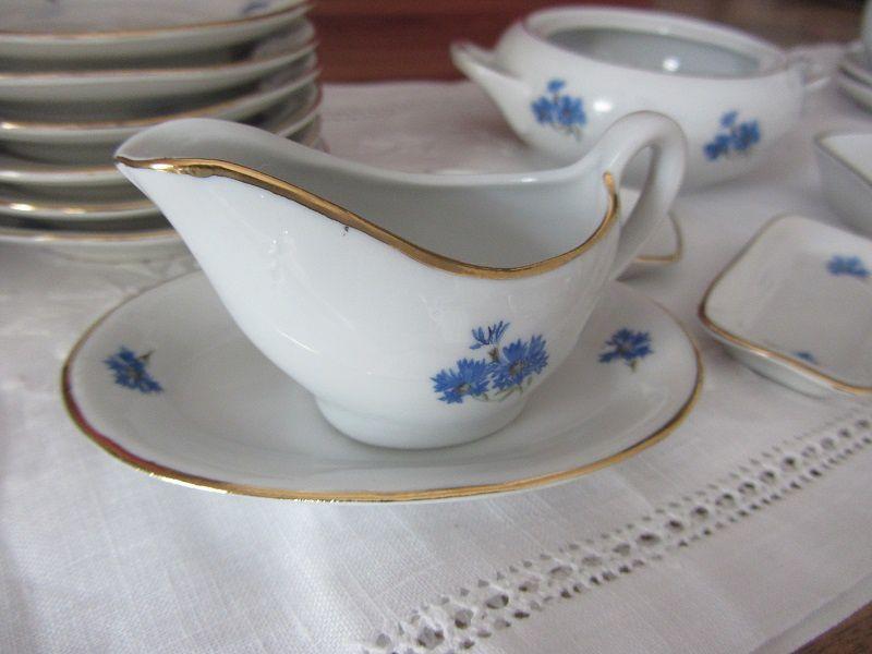 je la trouve très raffinée avec son joli décor de bleuets et son filet or.