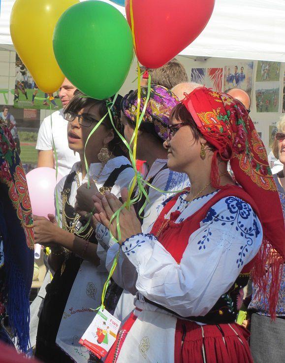 Il y avait ce jour là , une grande fête, et le village étant jumelé avec un village portugais, il y eu des danses folkloriques en costume du pays.