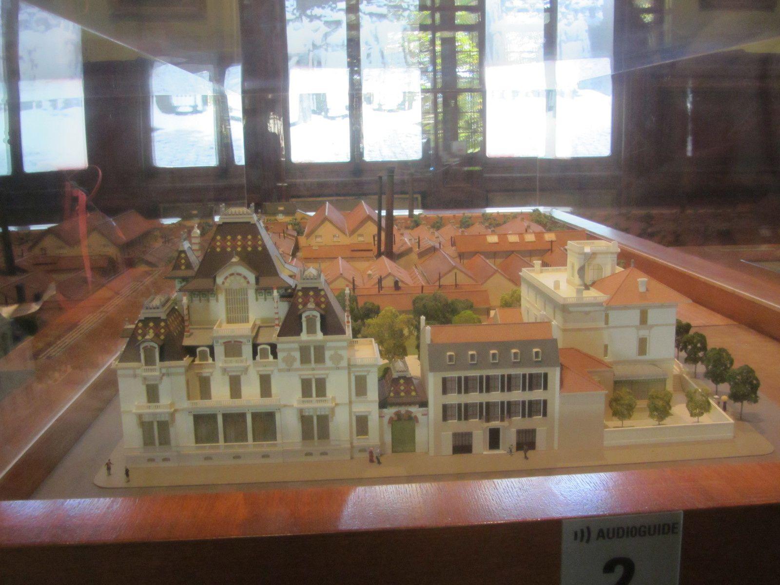 Dans le 8éme à Lyon se trouve la villa des Fréres Lumière (dont je vous ai déjà parlé) se trouve également une rue qui la longe et qui s'appelle la rue du premier film. .