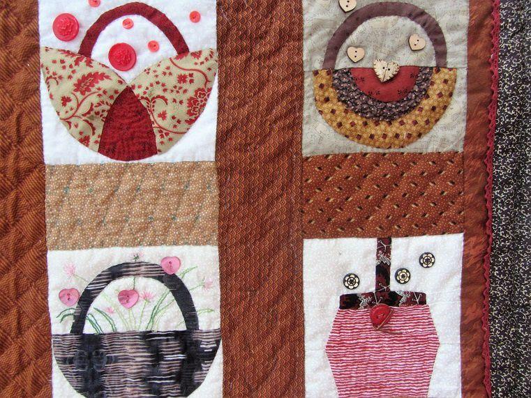 Les rouges sont en porcelaine avec un motif de fleurs&#x3B; il y en a en bois, en nacre, il y a également quelques perles et de la broderie...