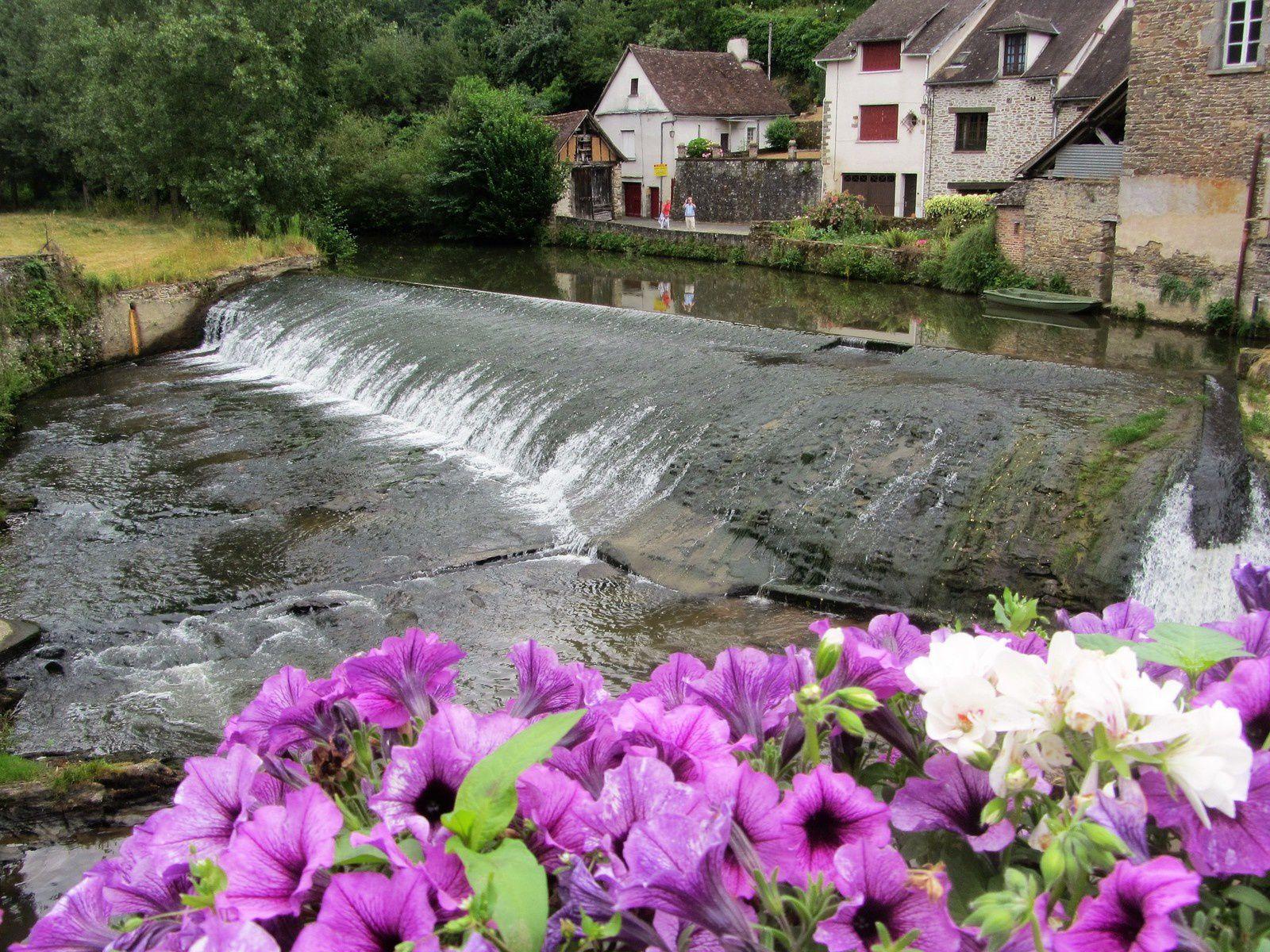 La commune est traversée d'est en ouest par la rivière Auvézère