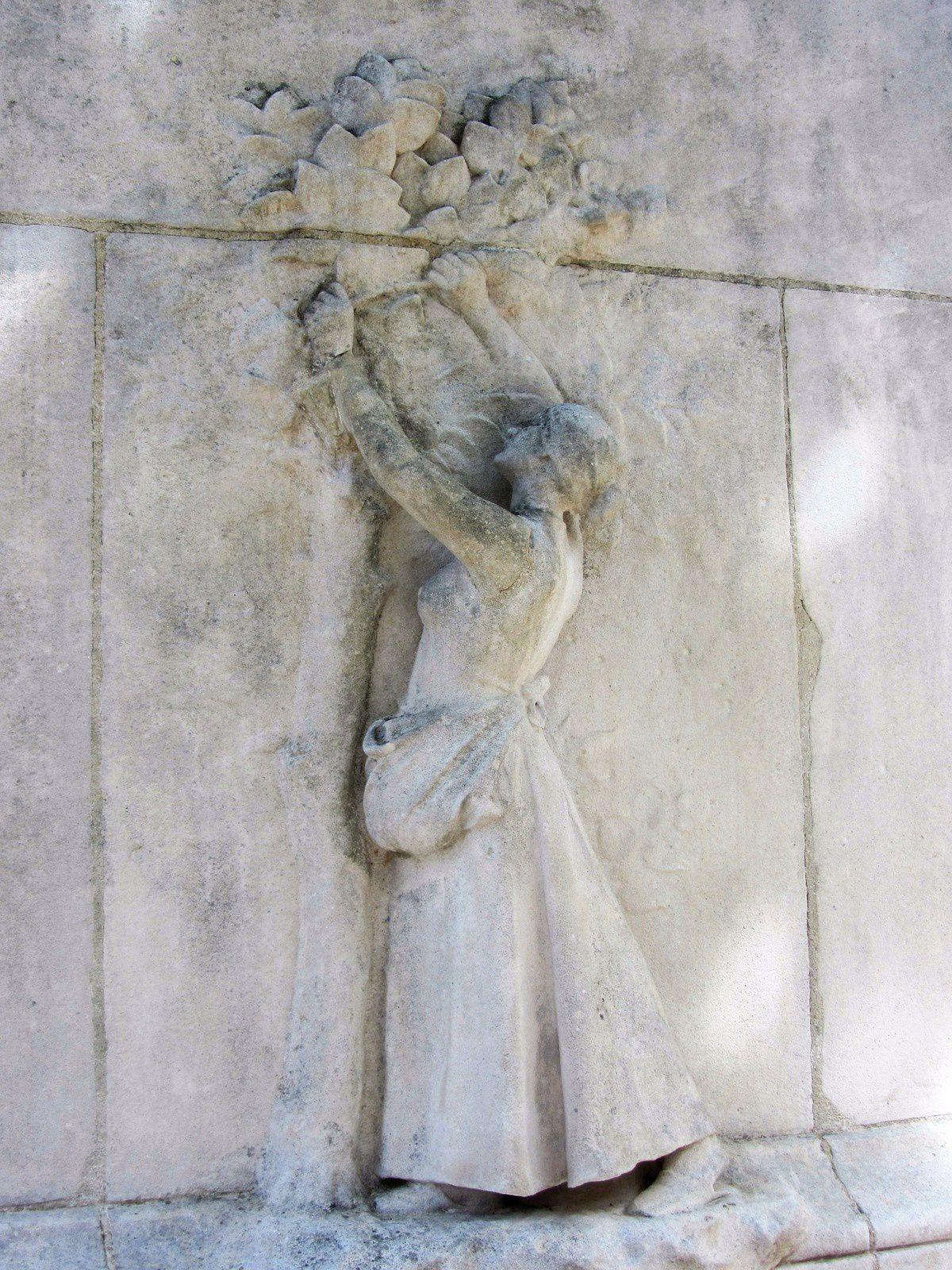 Et sur le socle d'un monument une cueilleuse de vers à soie, on reconnait la feuille du mûrier.