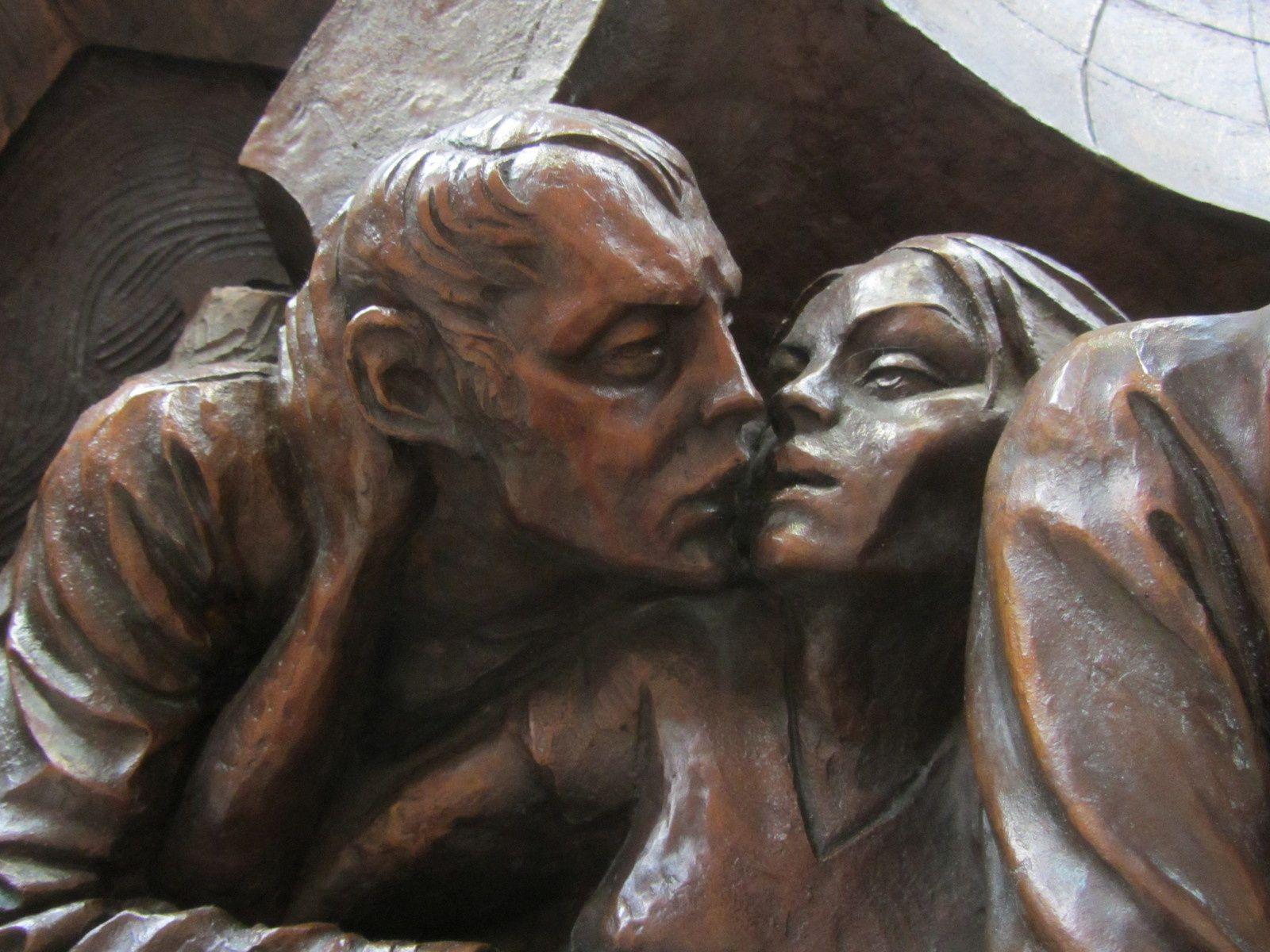 Sur le socle, on retrouve nos amoureux qui échangent un baiser.