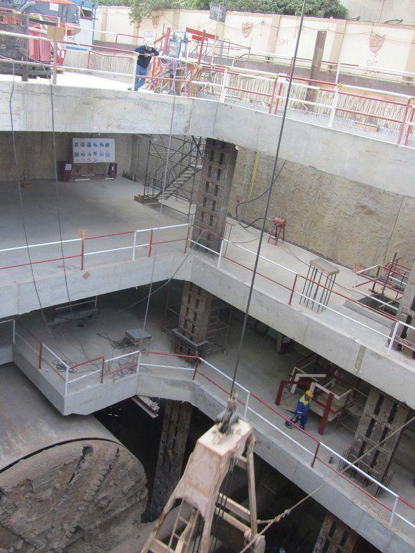 Pour évacuer les tonnes de gravats, le chantier est ici à ciel ouvert. On peut donc mieux comprendre la configuration du chantier. Avec ses trois niveaux, le plus bas où circulera le métro, l'intermèdiaire où se trouve toute la partie technique et de mise en sécurité, et l'étage supérieur nommé billeterie.