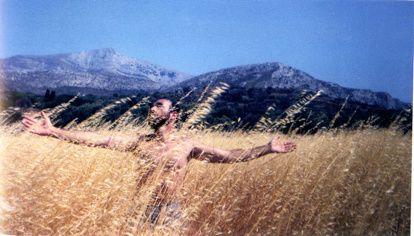Michel Bories en aborigène néo-calédonien&#x3B; et dans les blés en Grèce en 1992