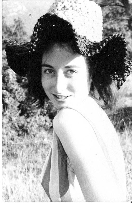 2 photos prises à Cuba en 2006, au Quesnoy en 1966, à Paris en 1966, à Corsavy en 1965, au Quesnoy en 1966, au Théâtre du Rond-Point en 2008, à Toulon vers 1980, à Corsavy en 1965&#x3B; la photo du caveau est de 2008 au Revest