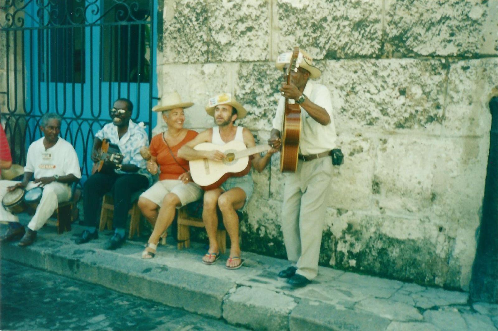 photos prises à Cuba pendant leur dernière semaine du 12 au 19 septembre 2001&#x3B; photos exhumées et scannées 15 ans après&#x3B; photos prises par Nadia qui a su nous retrouver et nous les communiquer
