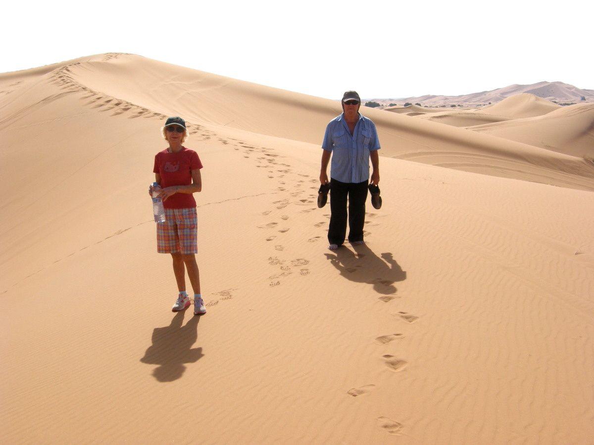 dans les dunes de Merzouga au coucher puis au lever du soleil en compagnie de JP et de Chérifa/ un étourneau de la casbah Mohayout / devant le ksar d'Aït-ben-Haddou avec Choumicha Rabeh, artiste peintre