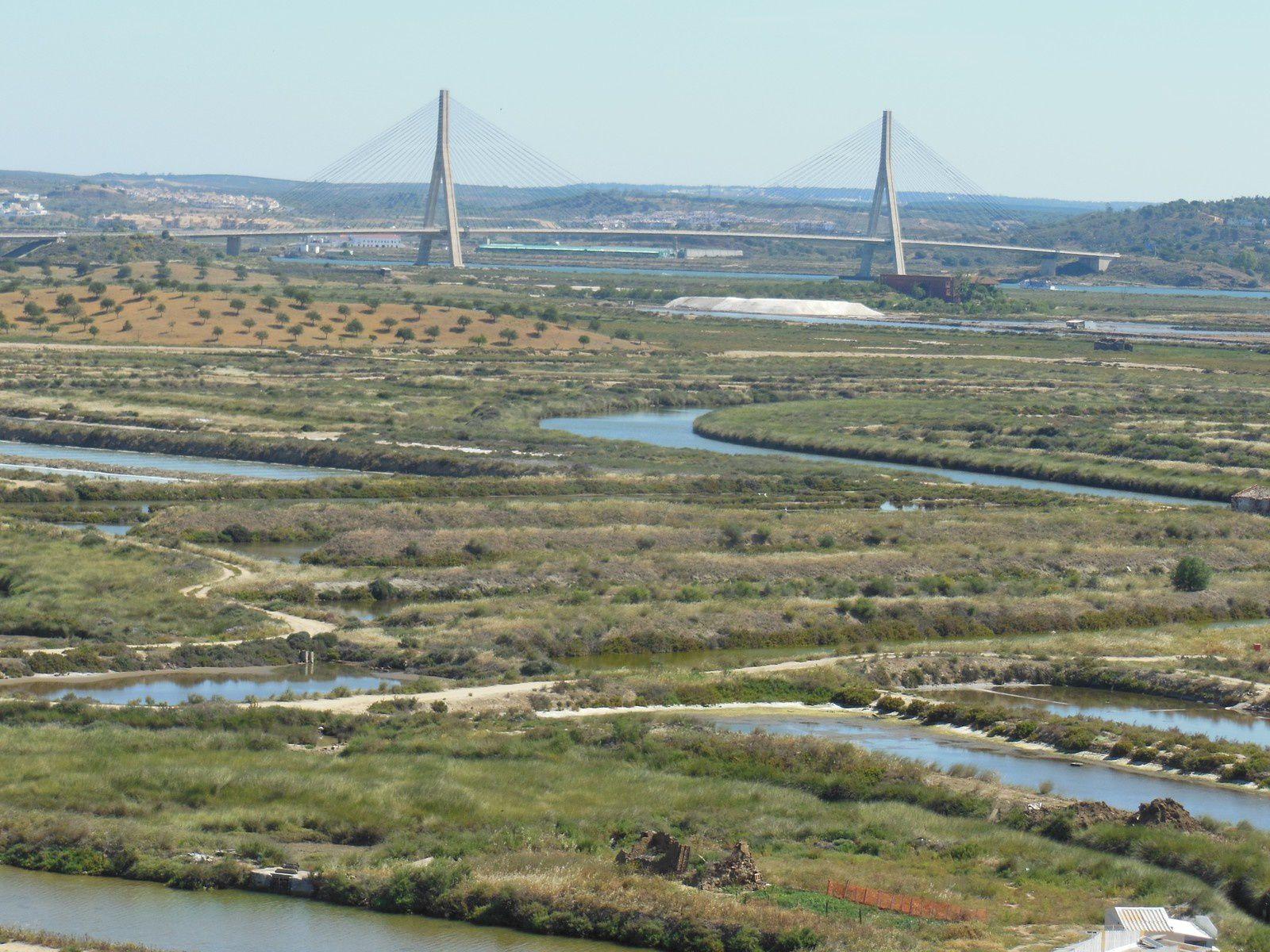 le pont servant de frontière entre l'espagne et le portugal