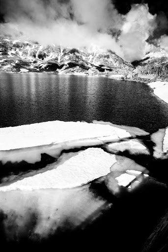 Crédit photo: Julien Lantuejoul. Voilà le genre de paysage que nous trouvons au sommet des cols. Vue imprenable sur les glaciers avec des dizaines de sommets à plus de 4000 mètres d'altitude aux alentours. Nous évoluons véritablement dans un décor de rêve.