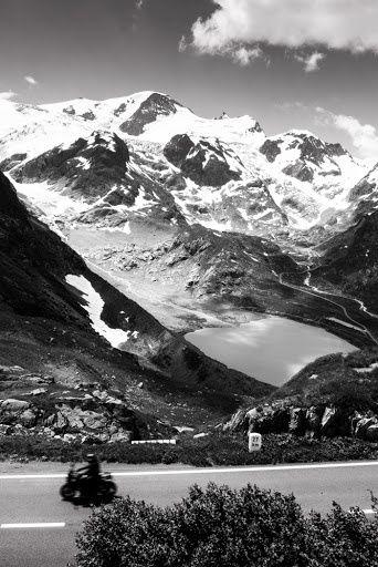 Crédit photo: Julien Lantuejoul. Les routes suisses nous donnent toujours un spectacle sensationnel. La haute montagne comme seul témoin d'une nature incroyable fragile et belle à la fois.