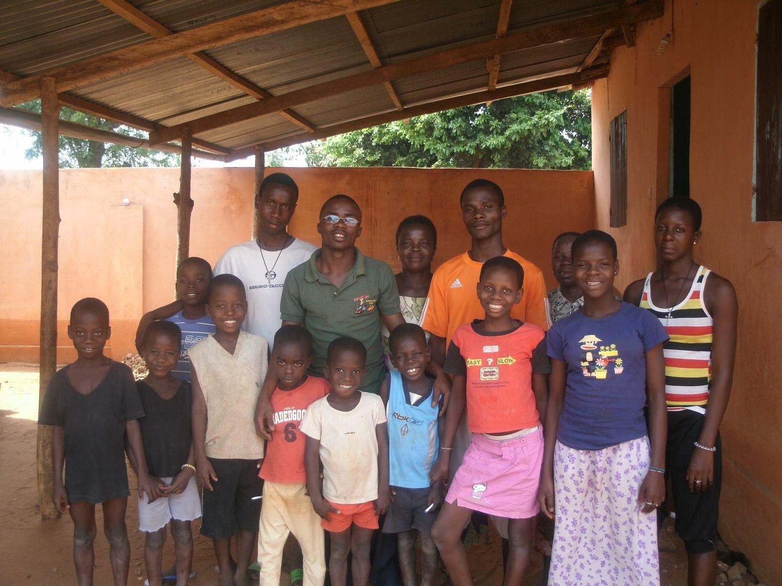 Avec les enfants de l'orphelinat,  nous vous souhaitons un  joyeux noël et nous vous remercions aussi pour vos messages d'encouragement et de soutiens - Aistide Zinsou