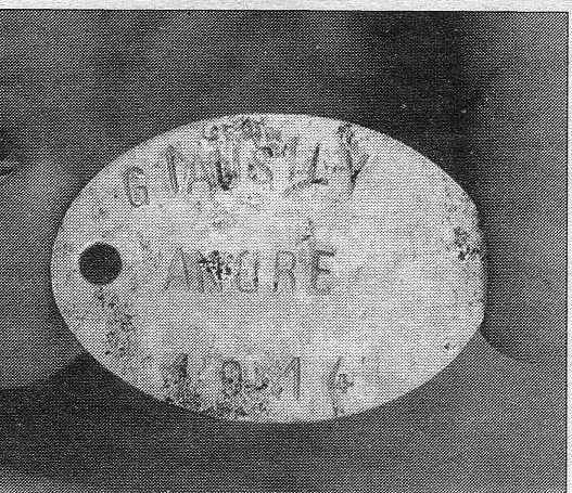 Une des plaques militaire retrouvée avec les corps.