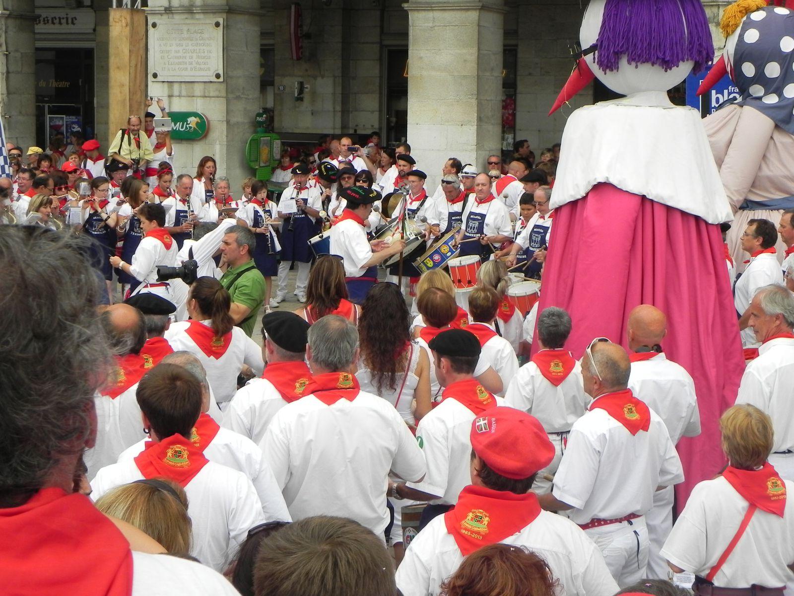 Les musiciens, au pied de la mairie, accompagnés des géants.