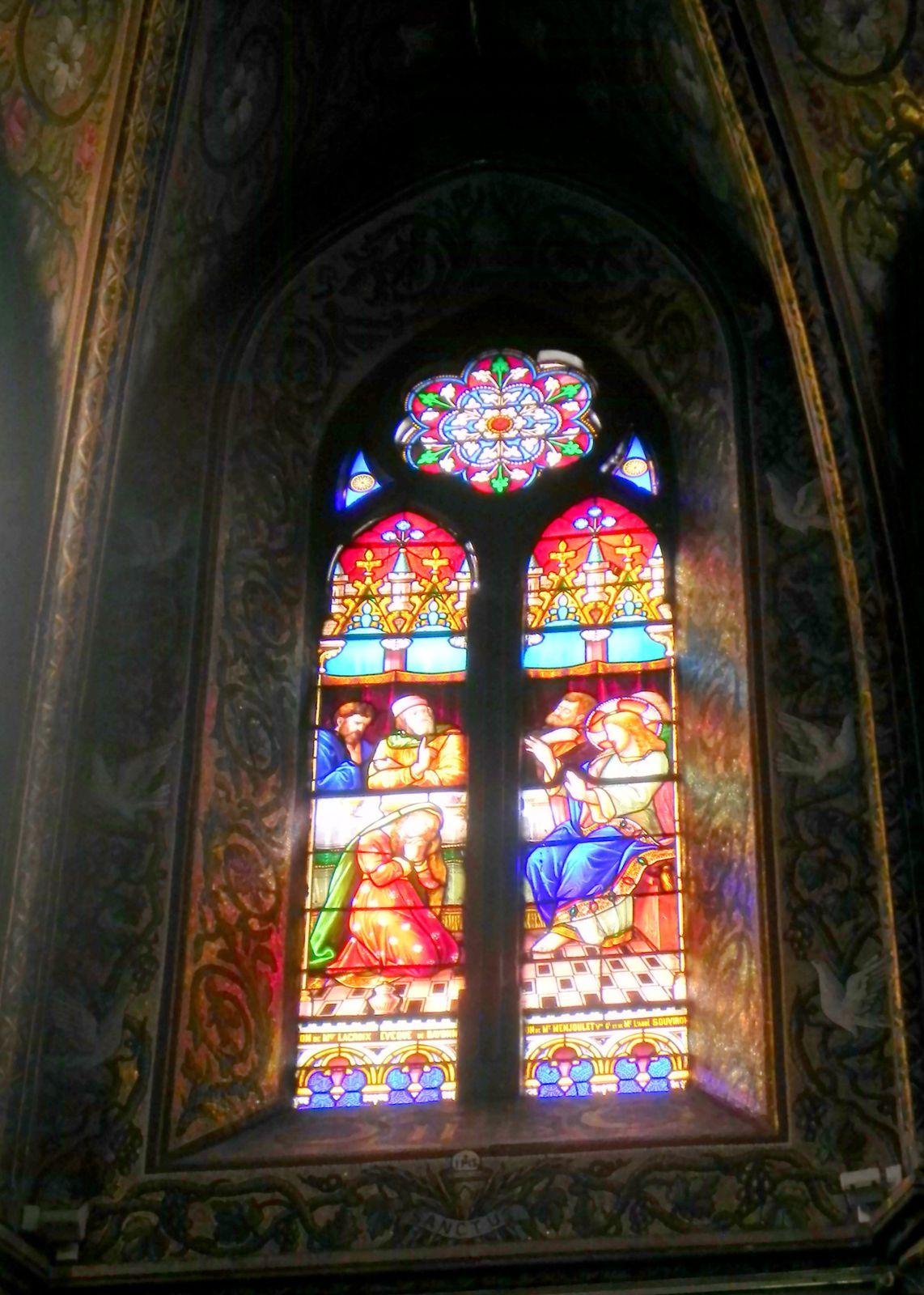 Quelques vitraux. Les murs sont peints aussi très finement.