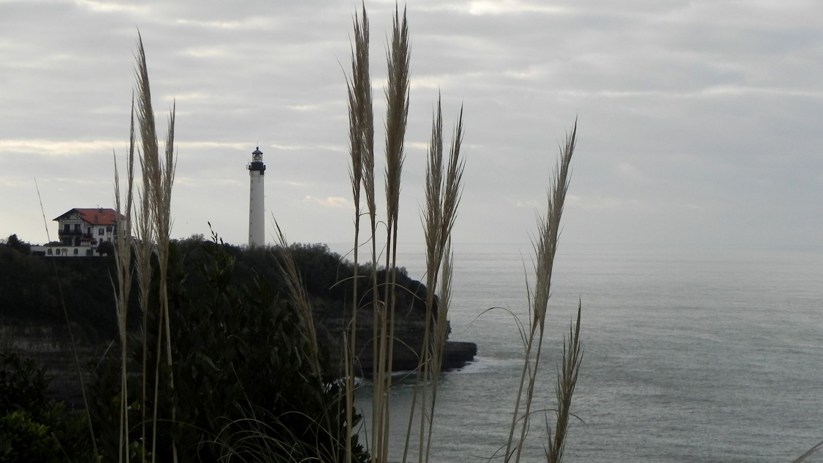 Le phare vu de l'esplanade