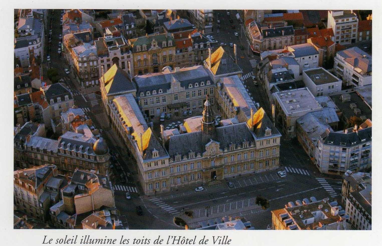 L'hôtel de ville, vu du ciel. (tiré du livre: Reims comme un oiseau. Photos: Franck Poidevin)