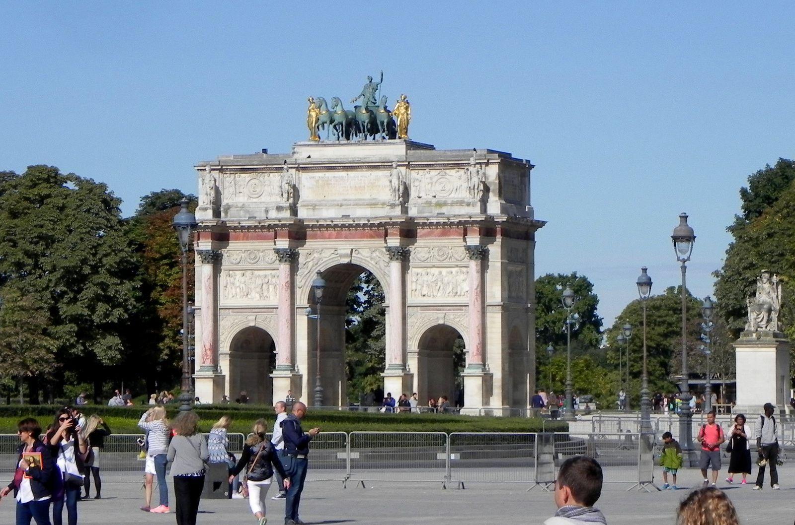 En nous dirigeant vers les Tuileries, nous passons près le l'Arc de Triomphe du Carrousel.
