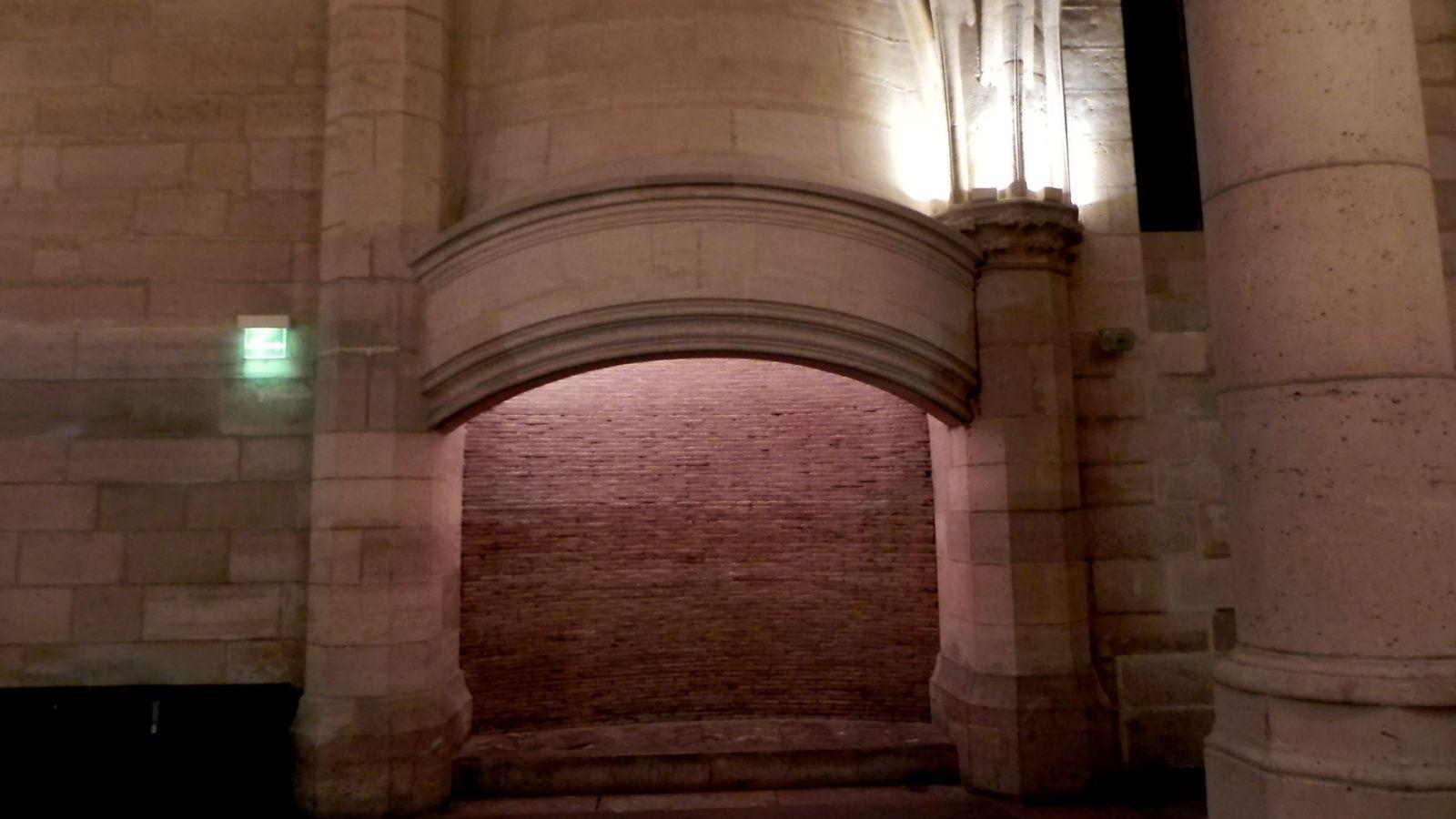 Quatre cheminées chauffaient ce vaste réfectoire.