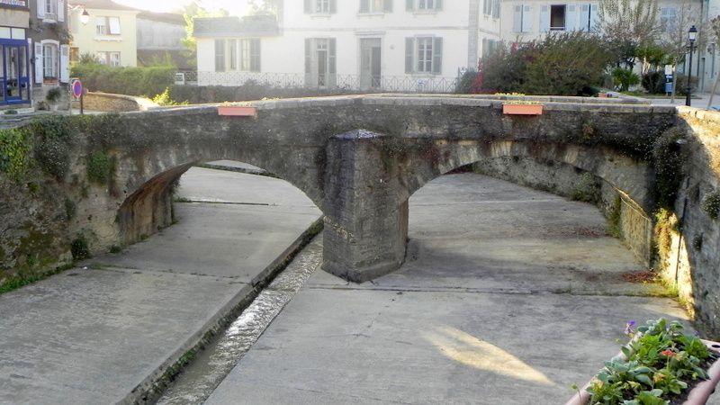 Le vieux pont de pierre. Rivière imprévisible au mince filet d'eau l'été et grondante tel un torrent après les pluies d'orage.