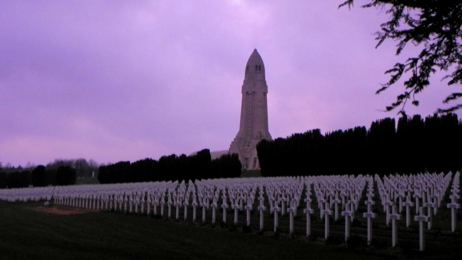 Après, nous sommes repassés à la nécropole de Douaumont. Le carré de terre est visible et, impossible de se tromper d'endroit avec cette pierre blanche en mémoire de ces poilus.