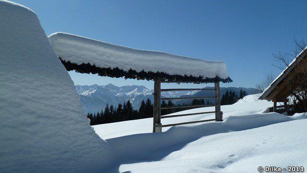Séchoir à foin sous la neige