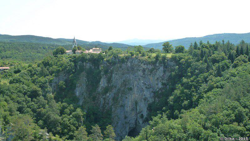 Le village de Škocjan et le canyon