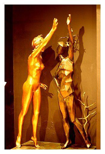 Hommage à Terpsichore 1977 premier moulage 1984 l'une des 9 muses de la mythologie. Dali oppose 2 images : la danseuse avec sa forme classique, lisse, incarne la grâce , l'autre plus anguleuse, cubique, incarne le rythme chaotique de la vie moderne.