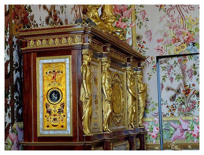 Meuble serre-bijoux offert par la Ville de Paris à Marie-Antoinette en 1787, Versailles, musée national du château. Ce meuble est orné de panneaux peints sous verre par Degault, de plaques en porcelaine de Sèvres et de bronzes, vraisemblablement de Thomire.