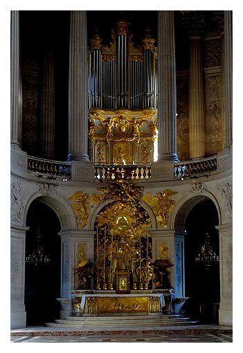 Le maître-autel est orné d'un bas-relief réalisé par Corneille Van Clève en bronze doré entre 1709 et 1710, figurant la Déploration du Christ mort