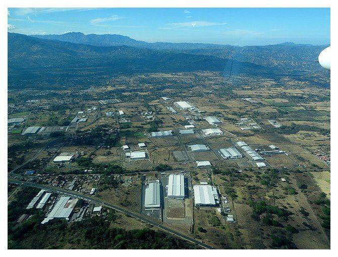 l'approche d'Allajuela (en fait, la ville de l'aéroport de San José)