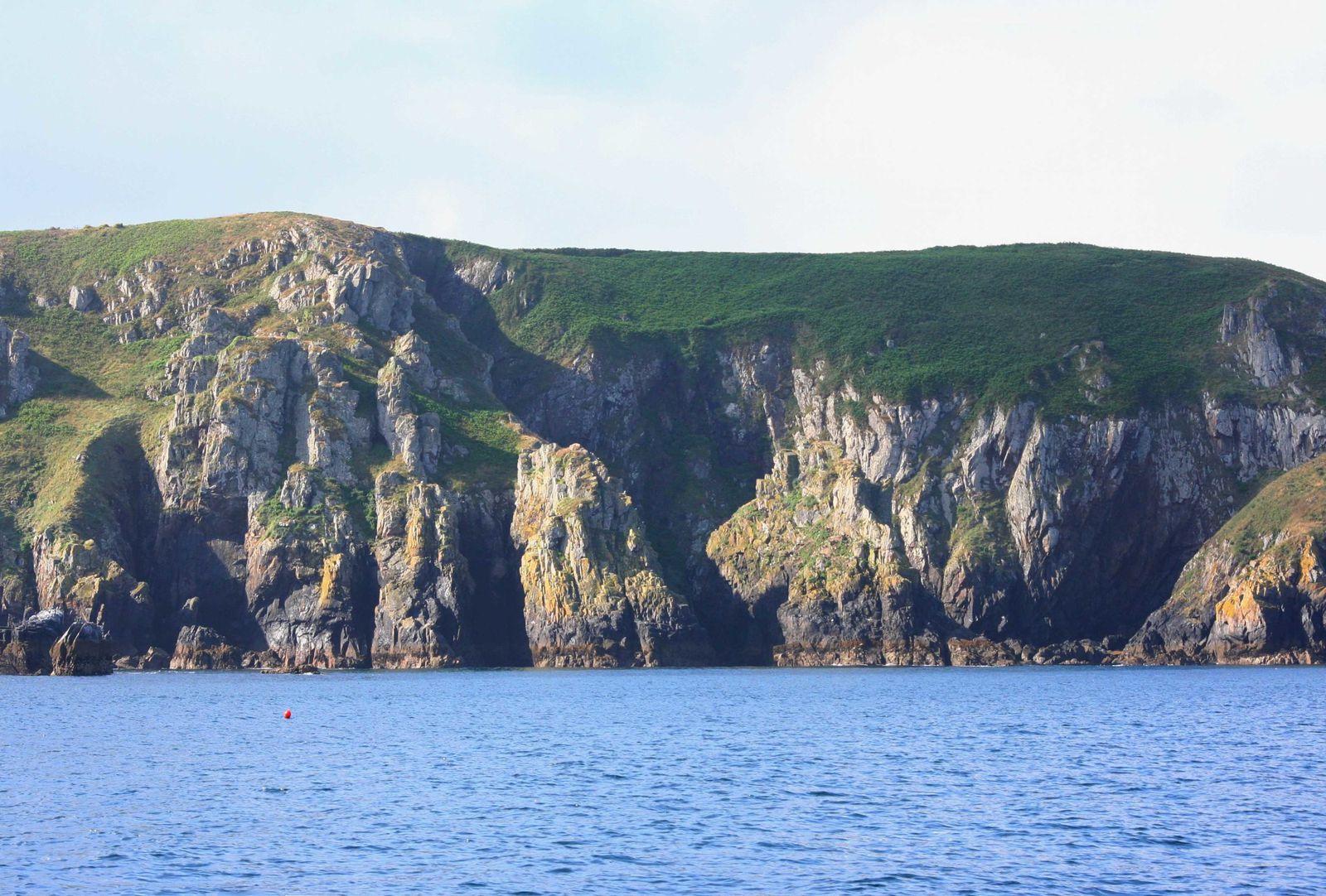- Après Pors Kanape abri-côtier très peu fréquenté de nos jours... (photo du haut), en pratiquant la navigation côtière, en baie de Douarnenez, on découvre Porzh Loëdec en longeant la côte de Goulien,  faisant route vers la pointe de Penharn.